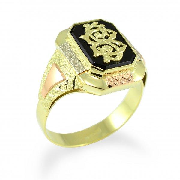 Zlatý pánsky pečatný prsteň s čiernym onyxom a monogramom.